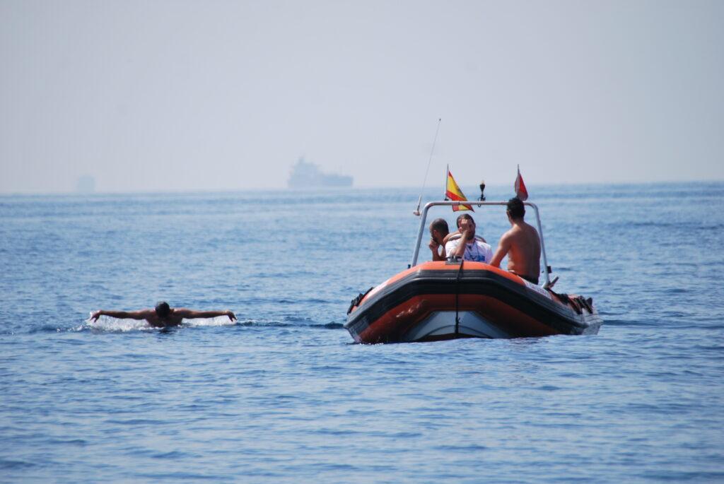 Héctor Ramírez Ballesteros nadando a mariposa en el Estrecho de Gibraltar